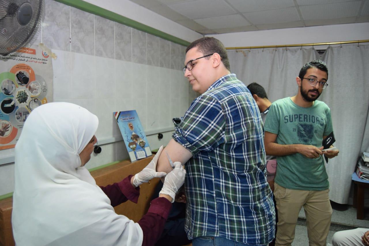تطعيم الأطباء بمستشفى سوهاج الجامعى (1)