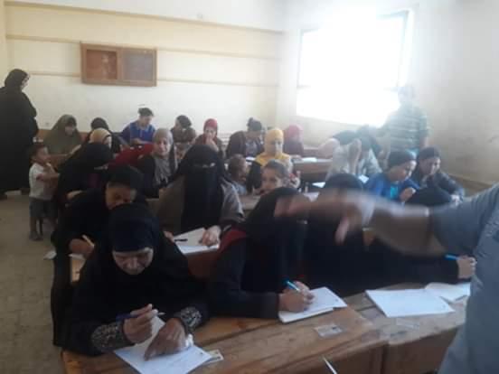 اختبارات محو الأمية بقافلة جامعة المنيا (6)