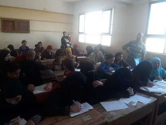 اختبارات محو الأمية بقافلة جامعة المنيا (1)