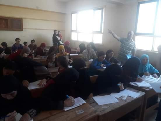 اختبارات محو الأمية بقافلة جامعة المنيا (7)