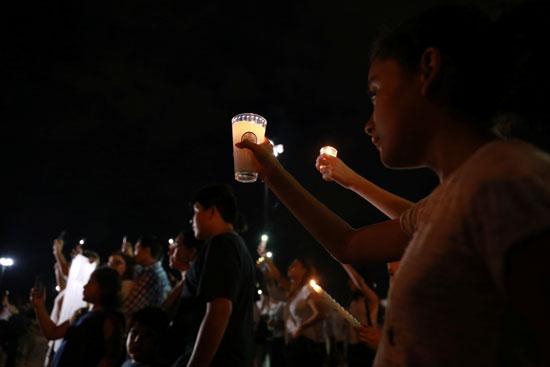 وقفة بالشموع تأبينا لضحايا حادث إطلاق النار فى تكساس  (8)