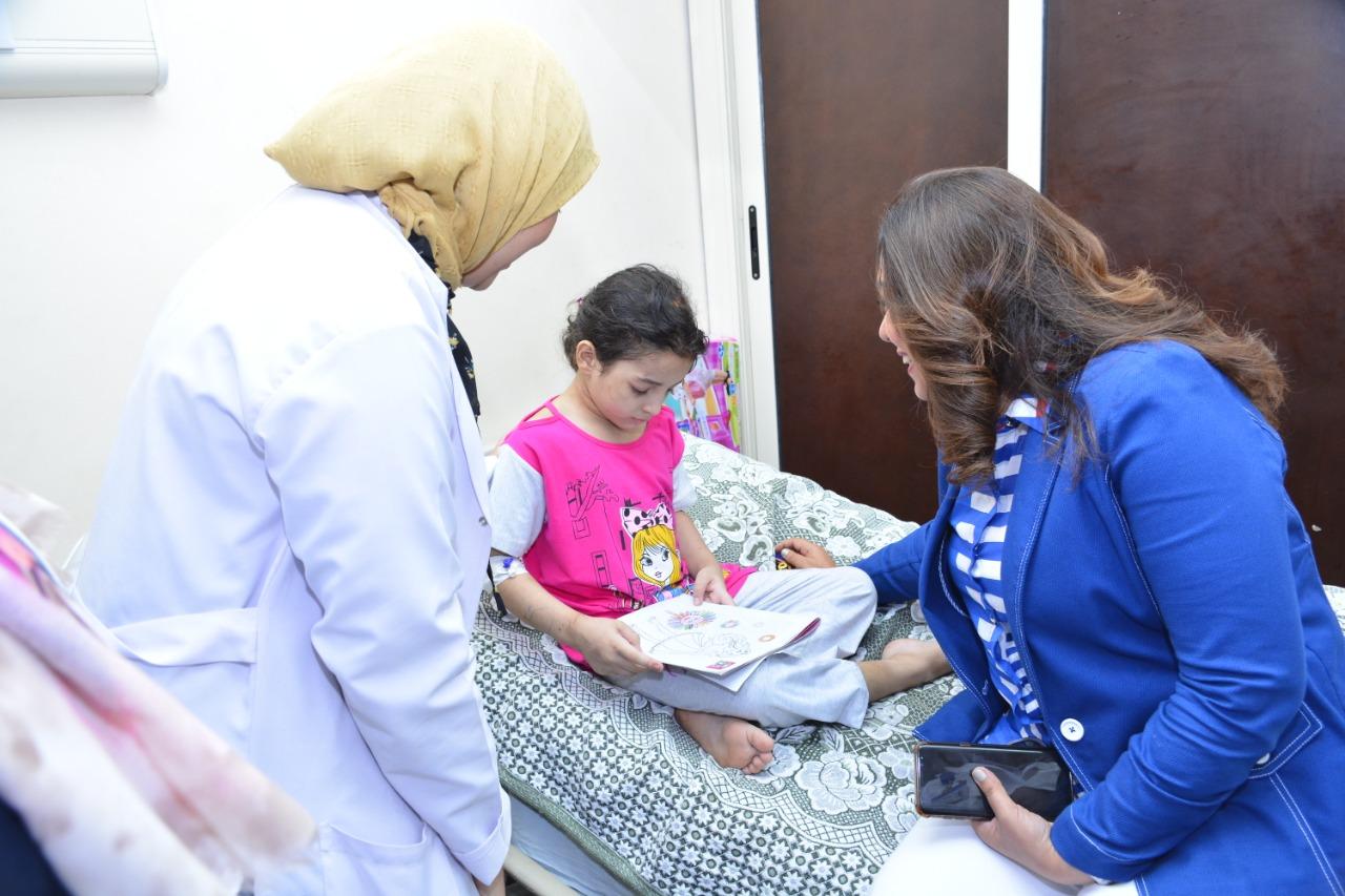 محافظ دمياط تطمئن على الطفلة هبة (4)