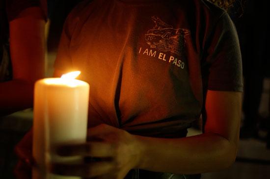 وقفة بالشموع تأبينا لضحايا حادث إطلاق النار فى تكساس  (7)