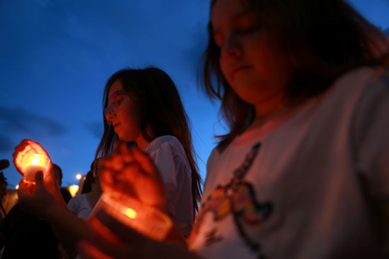 وقفة بالشموع تأبينا لضحايا حادث إطلاق النار فى تكساس  (9)