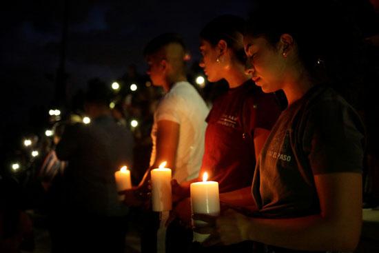 وقفة بالشموع تأبينا لضحايا حادث إطلاق النار فى تكساس  (5)