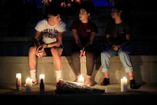 وقفة بالشموع تأبينا لضحايا حادث إطلاق النار فى تكساس  (4)