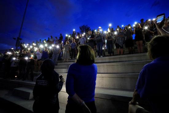 وقفة بالشموع تأبينا لضحايا حادث إطلاق النار فى تكساس  (3)
