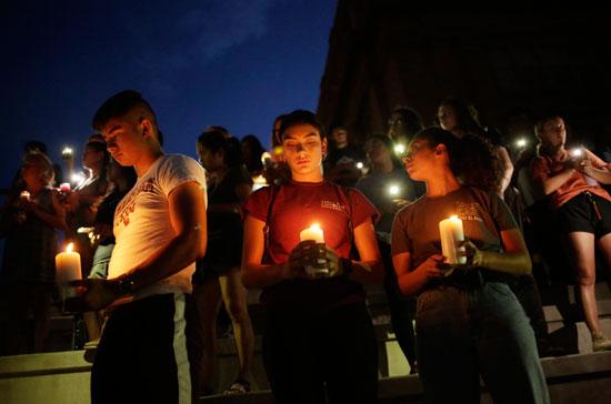 وقفة بالشموع تأبينا لضحايا حادث إطلاق النار فى تكساس  (6)
