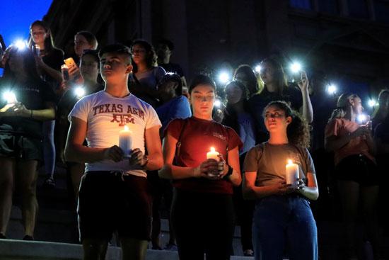 وقفة بالشموع تأبينا لضحايا حادث إطلاق النار فى تكساس  (2)