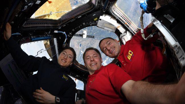 فريق محطة الفضاء الدولية فى استقبال مركبة دراجون