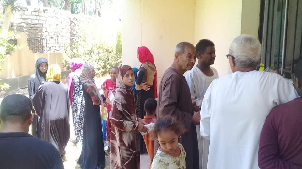 رئيس مدينة الطود تفقد قافلة طبية للصحة خلال فحصها 350 مواطن من أهالي قرية منشية النوبة  (5)