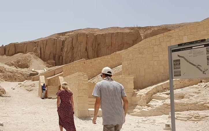 السائحون الأجانب يتحدون حرارة الطقس ويزورون معالم الأقصر الآثرية في الشرق والغرب (3)
