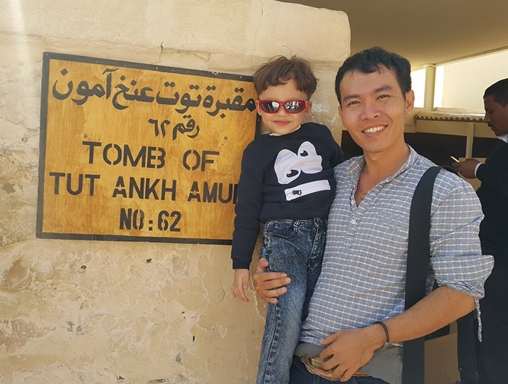 السائحون الأجانب يتحدون حرارة الطقس ويزورون معالم الأقصر الآثرية في الشرق والغرب (7)