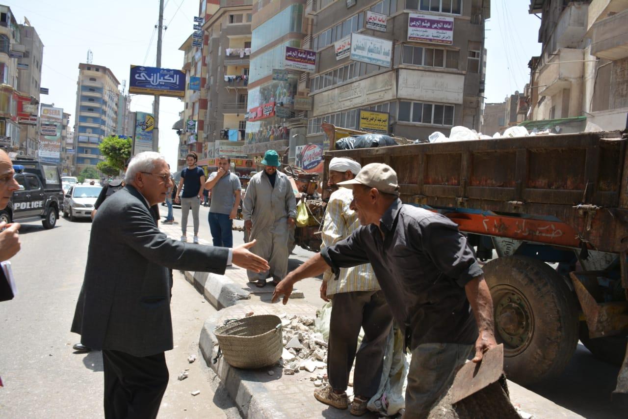 جانب من جولة المحافظ التفقدية لأعمال رصف شارع النخلة (2)