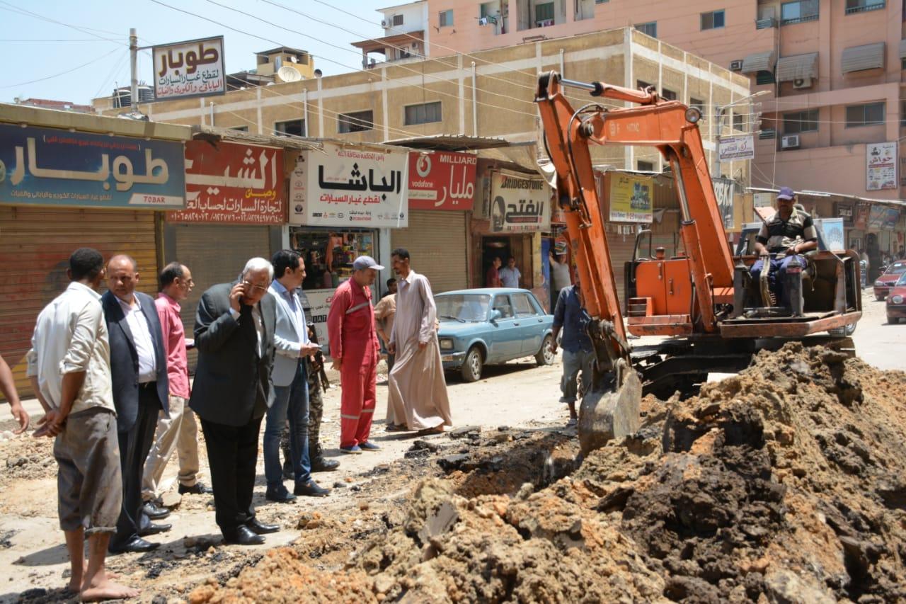جانب من جولة المحافظ التفقدية لأعمال رصف شارع النخلة (5)