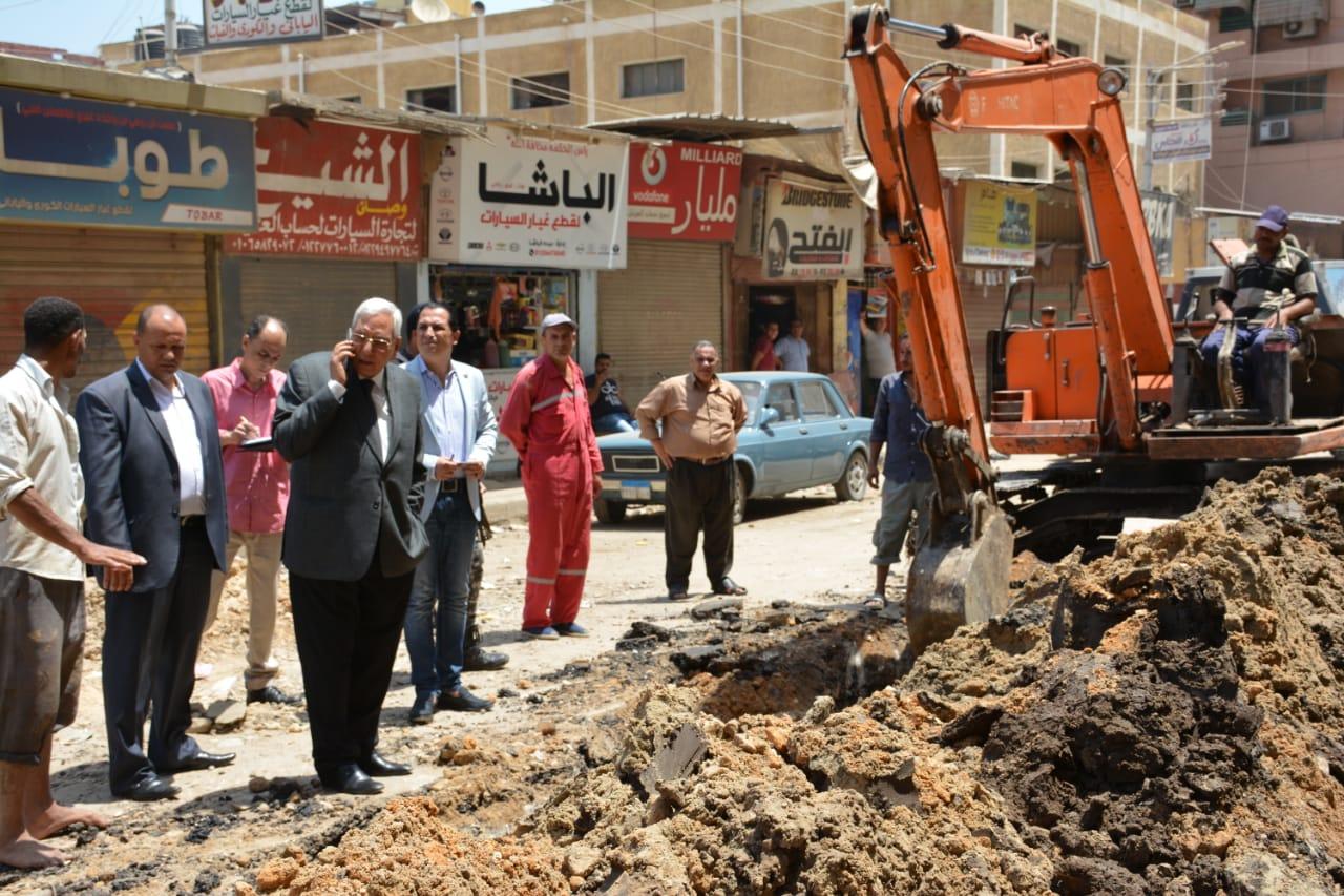 جانب من جولة المحافظ التفقدية لأعمال رصف شارع النخلة (8)
