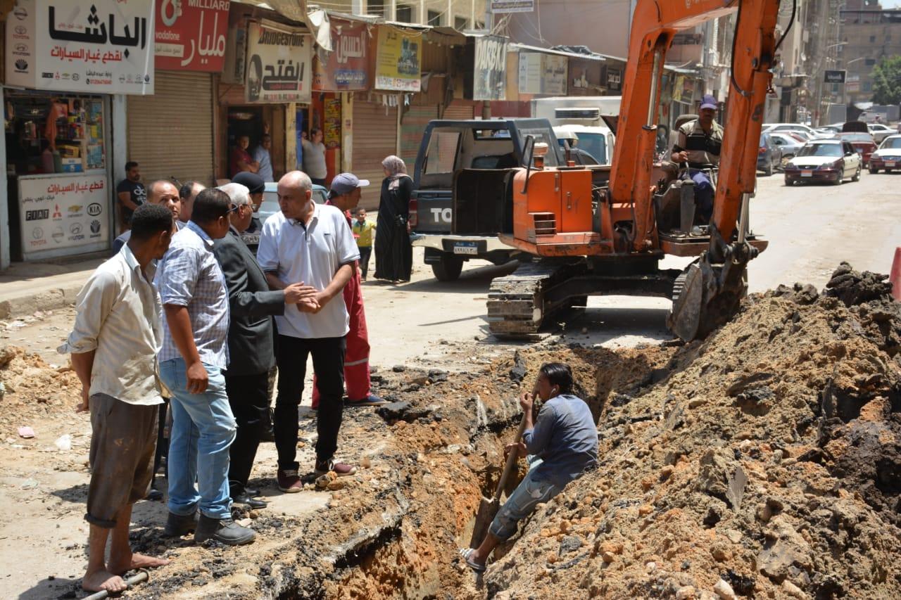 جانب من جولة المحافظ التفقدية لأعمال رصف شارع النخلة (9)
