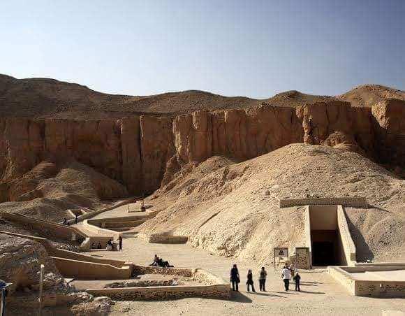 السائحون الأجانب يتحدون حرارة الطقس ويزورون معالم الأقصر الآثرية في الشرق والغرب (9)