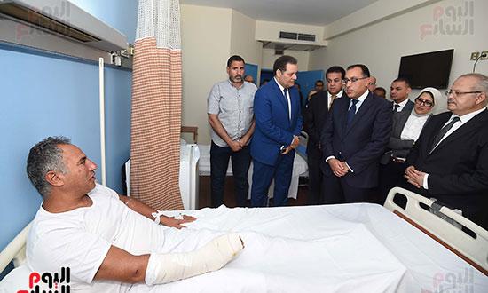 رئيس الوزراء يتفقد مبنى معهد الأورام ويزور مصابى الحادث الإرهابى (7)