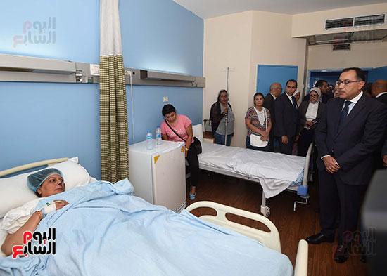 رئيس الوزراء يتفقد مبنى معهد الأورام ويزور مصابى الحادث الإرهابى (5)