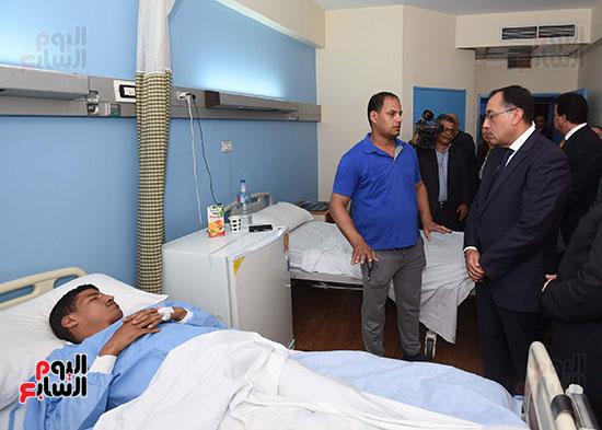 رئيس الوزراء يتفقد مبنى معهد الأورام ويزور مصابى الحادث الإرهابى (4)