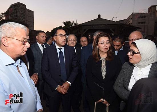 رئيس الوزراء يتفقد مبنى معهد الأورام ويزور مصابى الحادث الإرهابى (12)