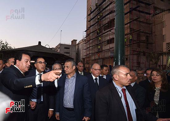 رئيس الوزراء يتفقد مبنى معهد الأورام ويزور مصابى الحادث الإرهابى (11)