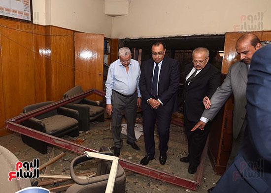 رئيس الوزراء يتفقد مبنى معهد الأورام ويزور مصابى الحادث الإرهابى (2)
