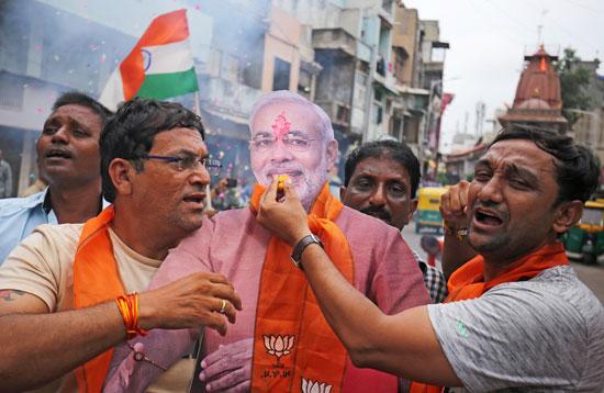 مواطنين-يحملون-دمية-لرئيس-الوزراء-الهندى