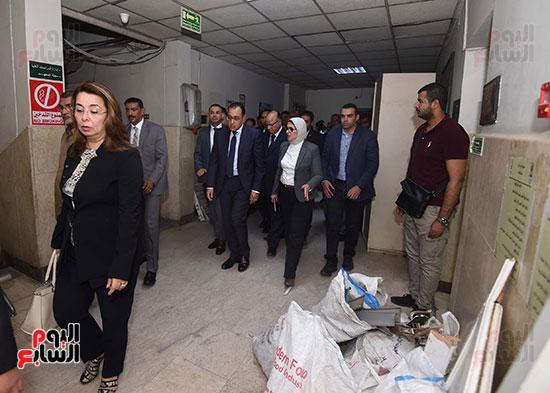 رئيس الوزراء يتفقد مبنى معهد الأورام ويزور مصابى الحادث الإرهابى (3)