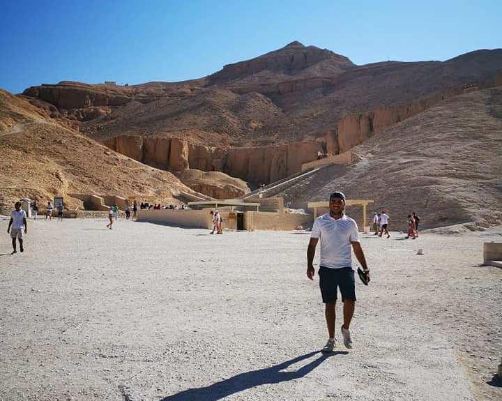 السائحون الأجانب يتحدون حرارة الطقس ويزورون معالم الأقصر الآثرية في الشرق والغرب (8)