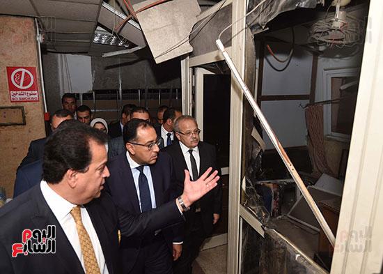رئيس الوزراء يتفقد مبنى معهد الأورام ويزور مصابى الحادث الإرهابى (13)