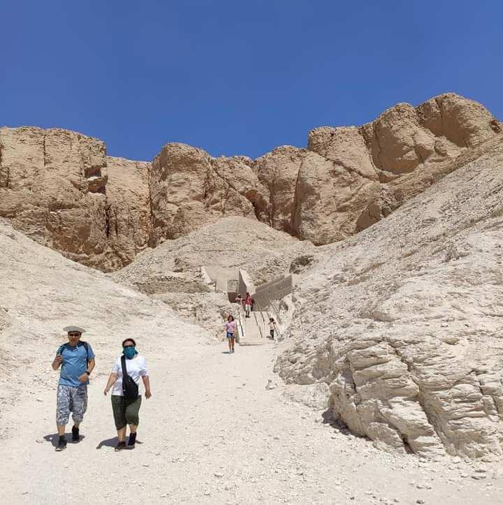 السائحون الأجانب يتحدون حرارة الطقس ويزورون معالم الأقصر الآثرية في الشرق والغرب (5)