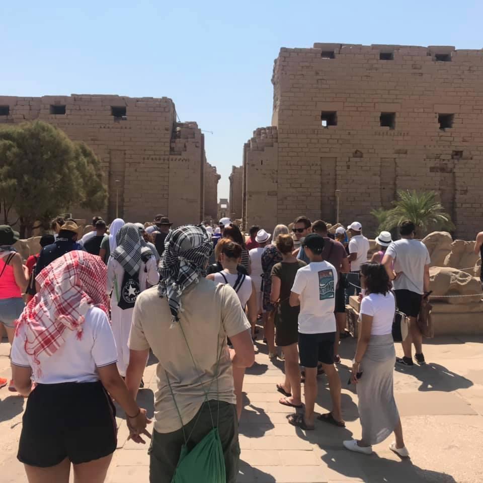 السائحون الأجانب يتحدون حرارة الطقس ويزورون معالم الأقصر الآثرية في الشرق والغرب (1)