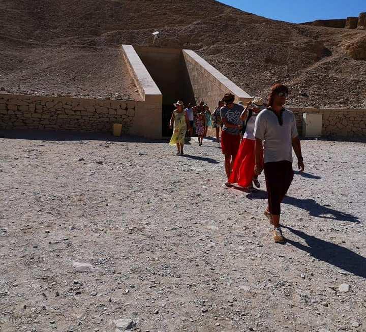 السائحون الأجانب يتحدون حرارة الطقس ويزورون معالم الأقصر الآثرية في الشرق والغرب (2)