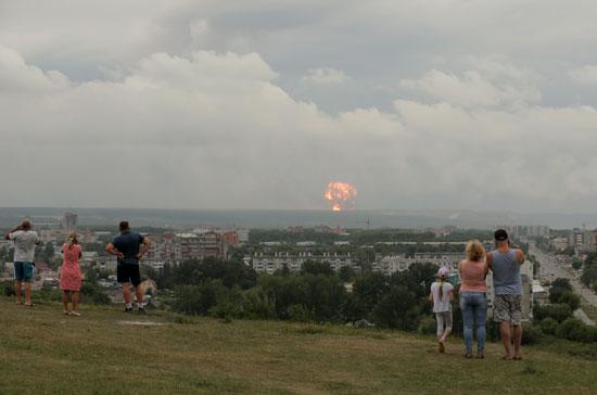 مواطنون يشاهدون الانفجارات