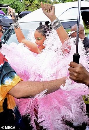 ريهانا ترقص في الشارع (2)