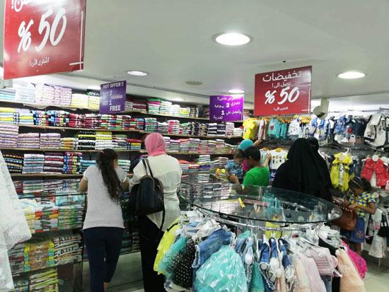 محال وسط البلد تشهد إقبالا على الشراء بالتزامن مع تخفيضات الأوكازيون الصيفى (5)
