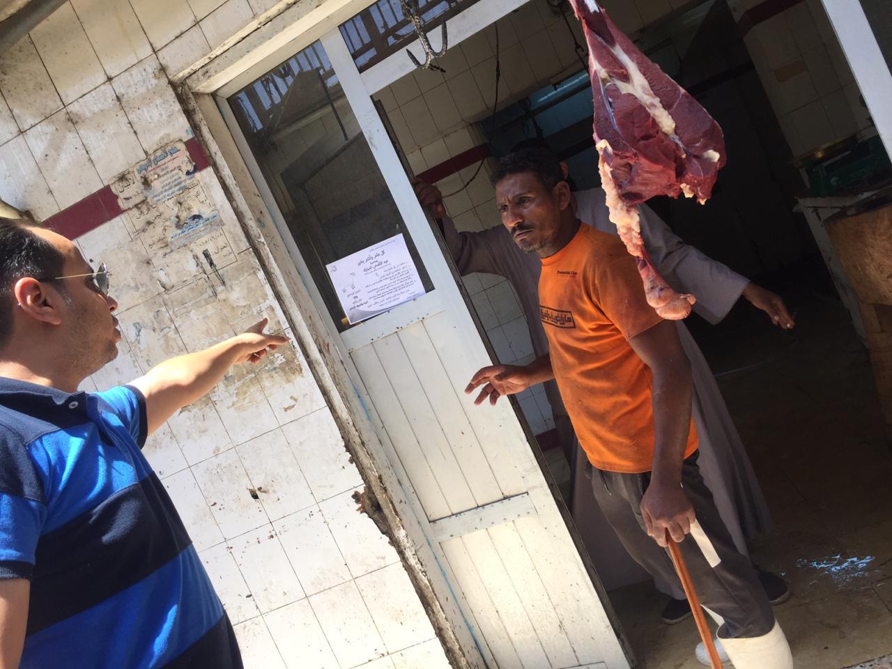 رجال التوعية بشركة مياة الأقصر يوزعون إرشادات علي الجزارين والأهالي قبل عيد الأضحى (5)