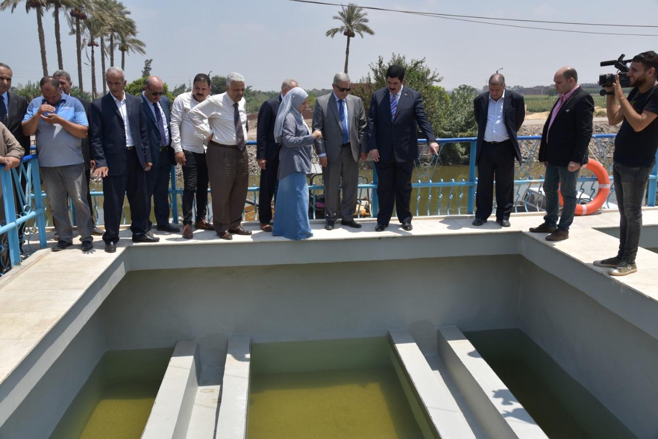 محافظ القليوبية ورئيس الشركة القابضة يفتتحان محطة مياه الشرب بالخصوص (2)