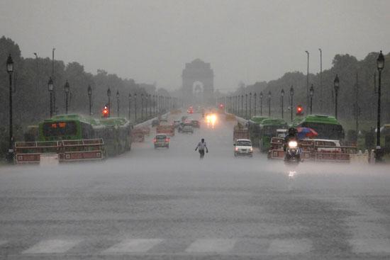 أمطار غزيزة تضرب نيودلهى فى الهند (5)