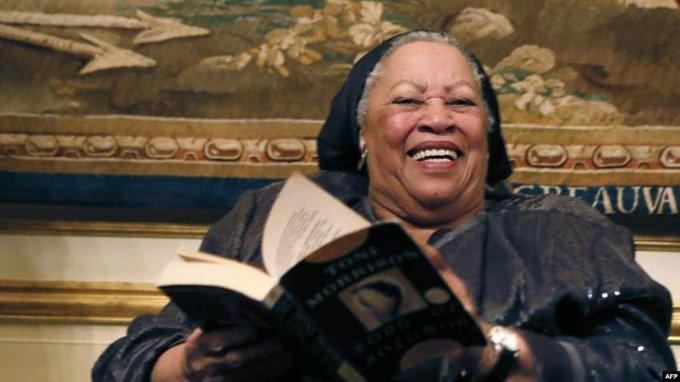 ضحكة وكتاب