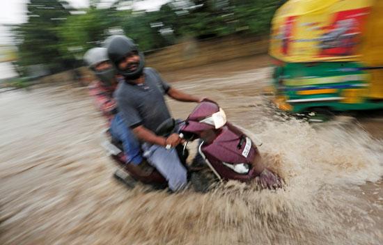 أمطار غزيزة تضرب نيودلهى فى الهند (3)