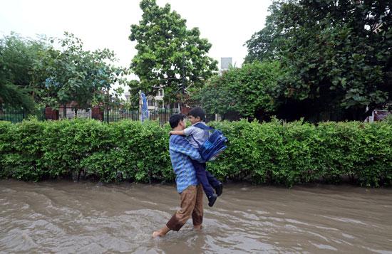 أمطار غزيزة تضرب نيودلهى فى الهند (7)