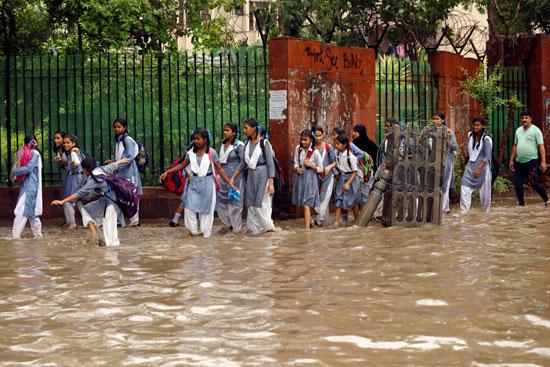 أمطار غزيزة تضرب نيودلهى فى الهند (8)