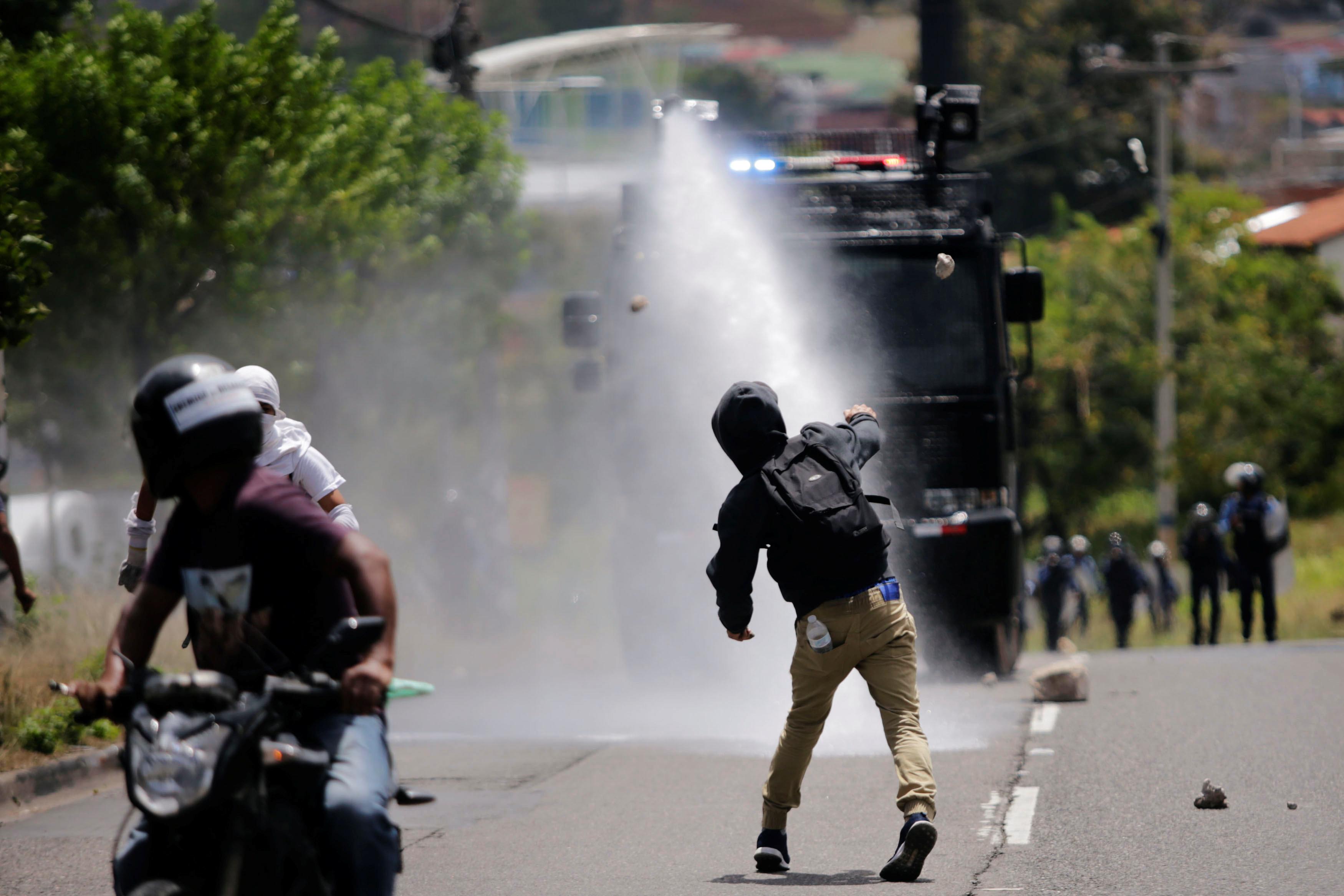 1326679-الامن-فى-هندوراس-يفرق-الاحتجاجات-بخراطيم-المياه