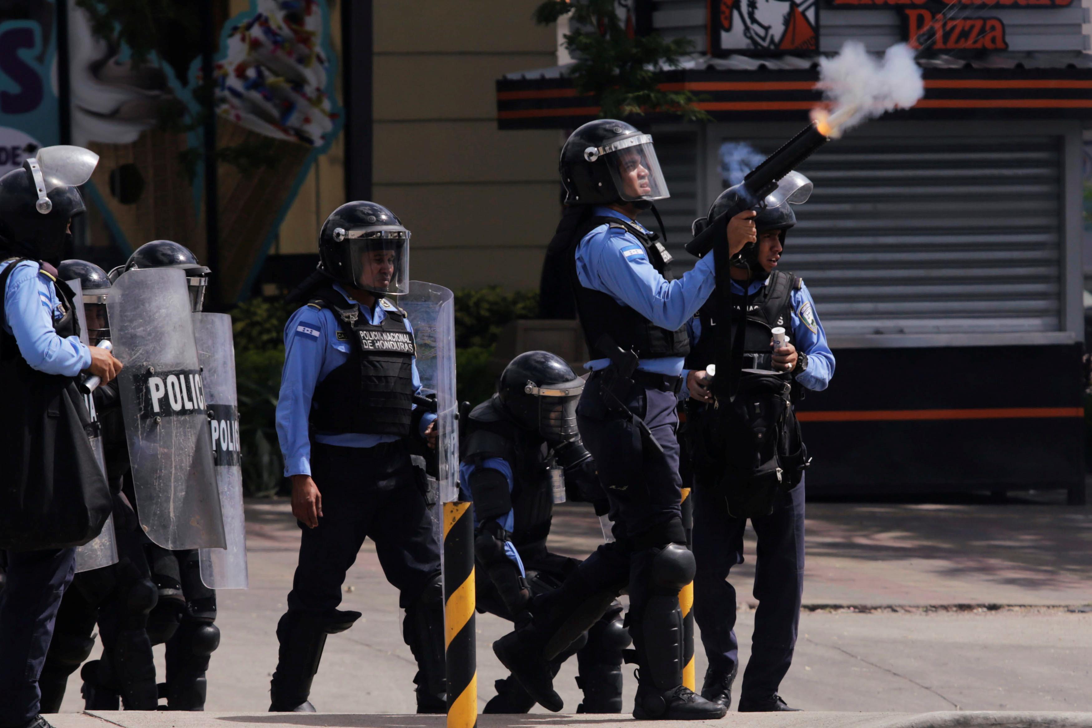 1421819-الشرطة-فى-هندوراس-تطلق-قنابل-الغاز-لفض-الاحتجاجات