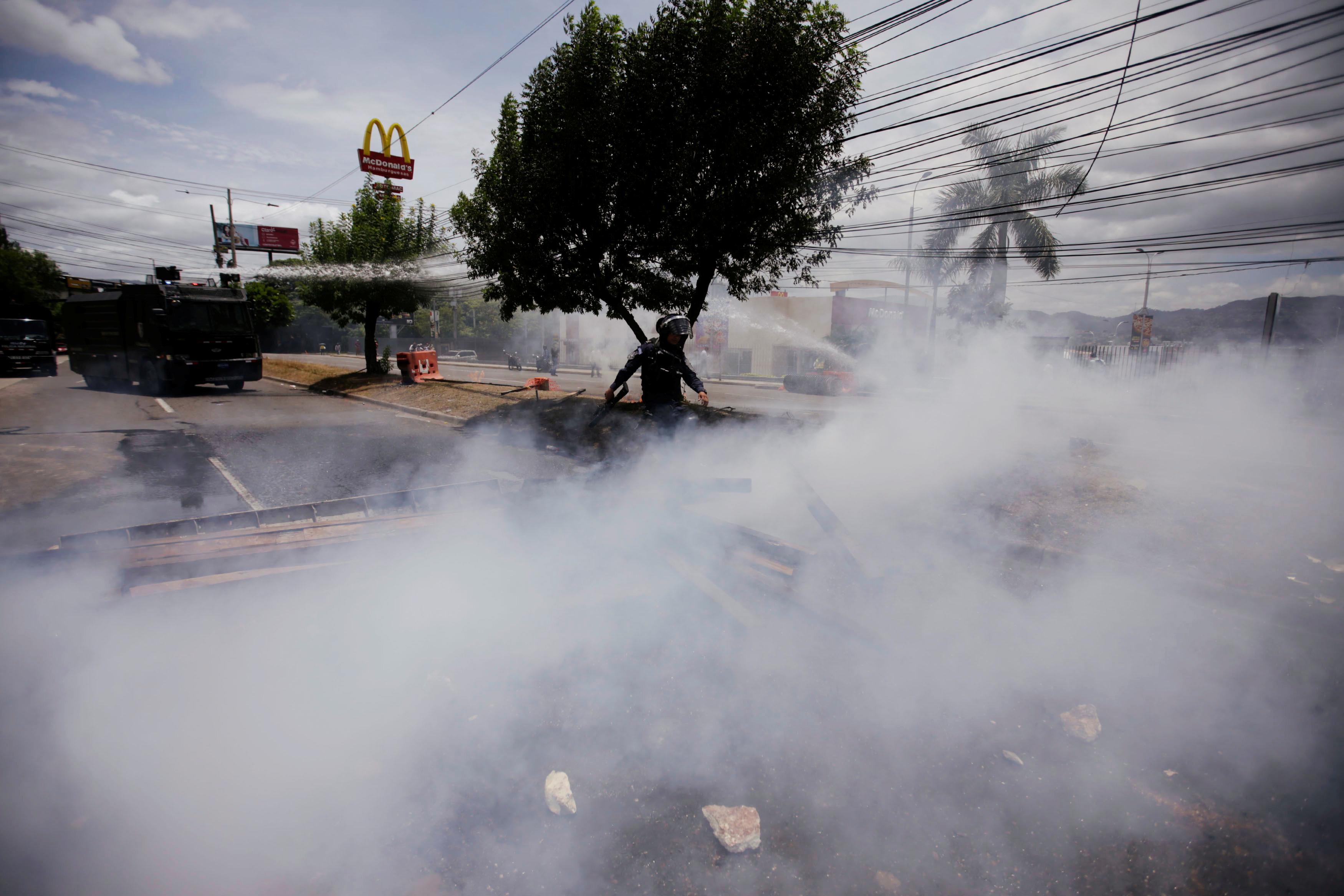 1466469-الغاز-المسيل-للدموع-يملا-محيط-الاحتجاجات
