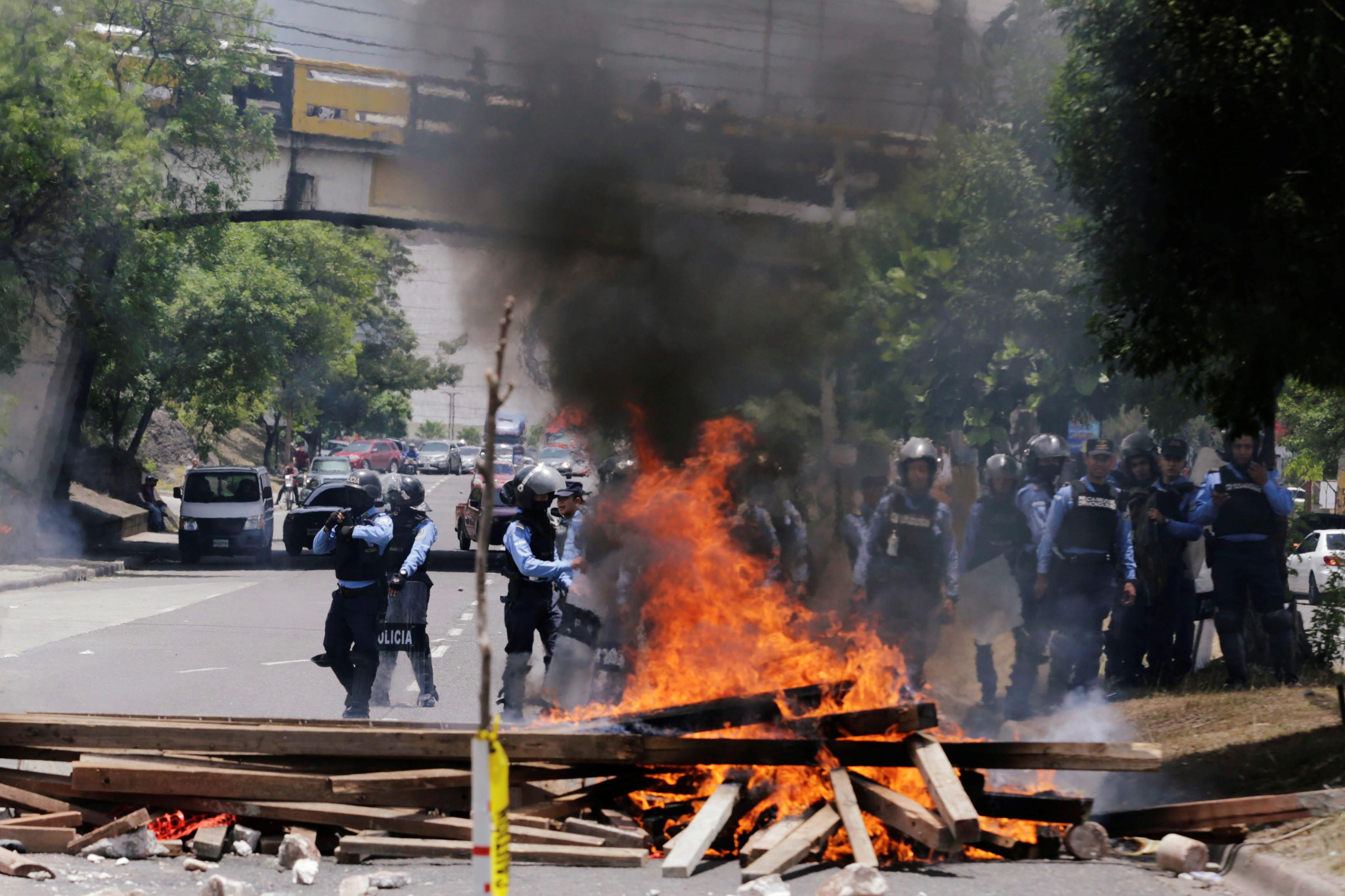 1738709-المحتجون-يشعلون-النار-اثناء-احتجاجاتهم