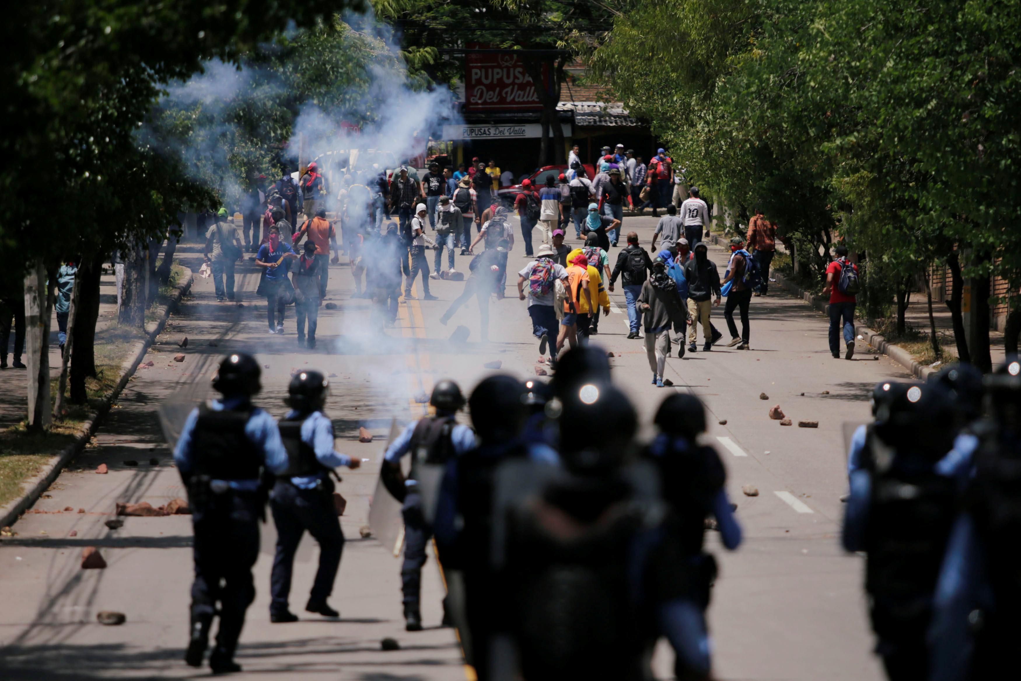 1780682-اشتباكات-بين-الشرطة-ومحتجون-فى-هندوراس (1)